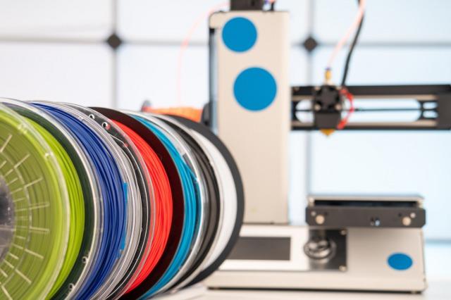 色んな色のフィラメントと3Dプリンター