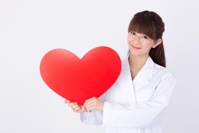 赤いハートを持った女性医師